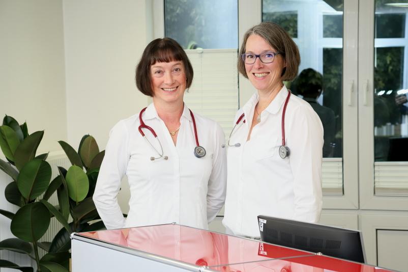 Frau Dr. Anette Duplois und Frau Dr. Katharina Nave an der Anmeldung.