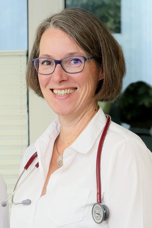 Frau Dr. Katharina Nave mit Stethoskop.